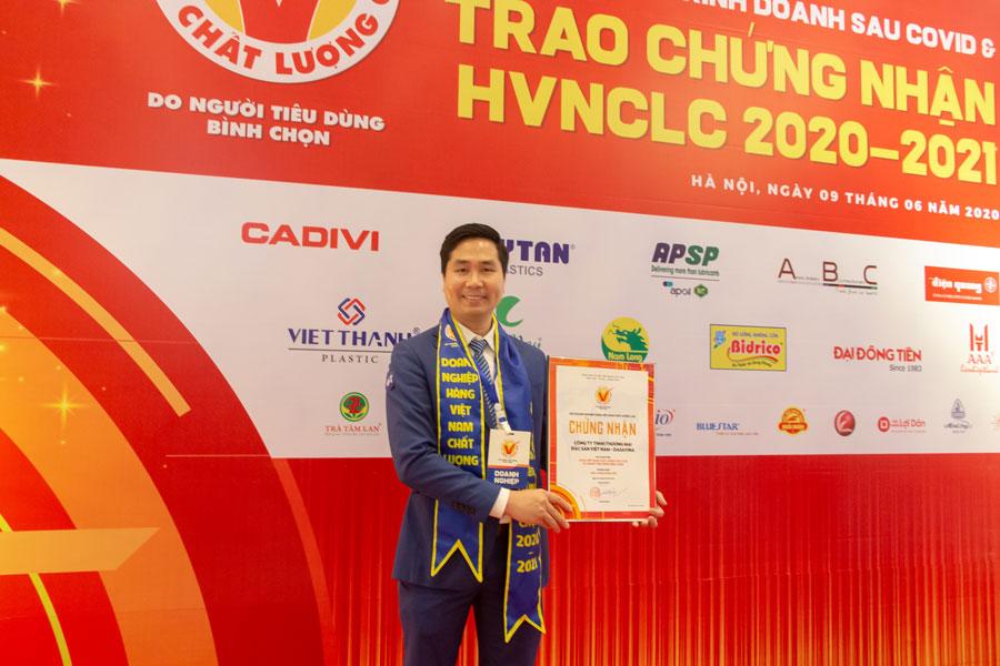 Giám đốc Nguyễn Bá Toàn nhận Chứng nhận HVNCLC